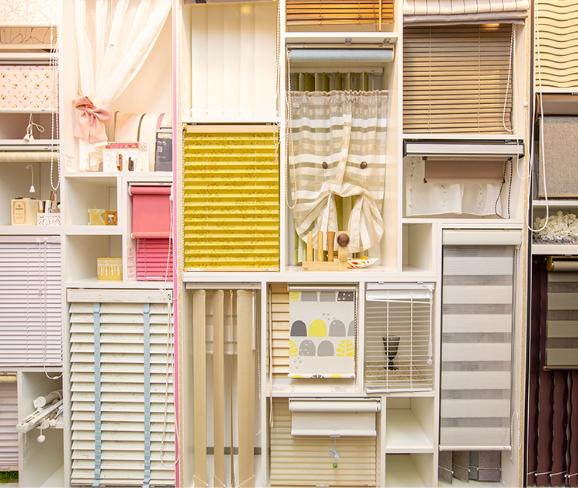 複数のカーテンを組み合わせた展示が見られる