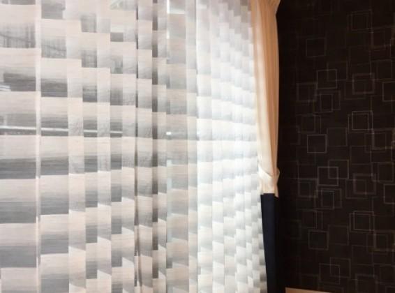 モダンに統一されたお部屋のレースカーテンが主役のコーディネート