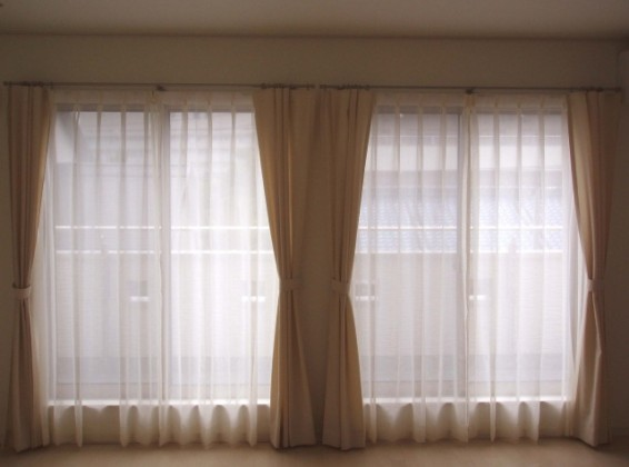 お部屋に馴染むナチュラルなフラットカーテン