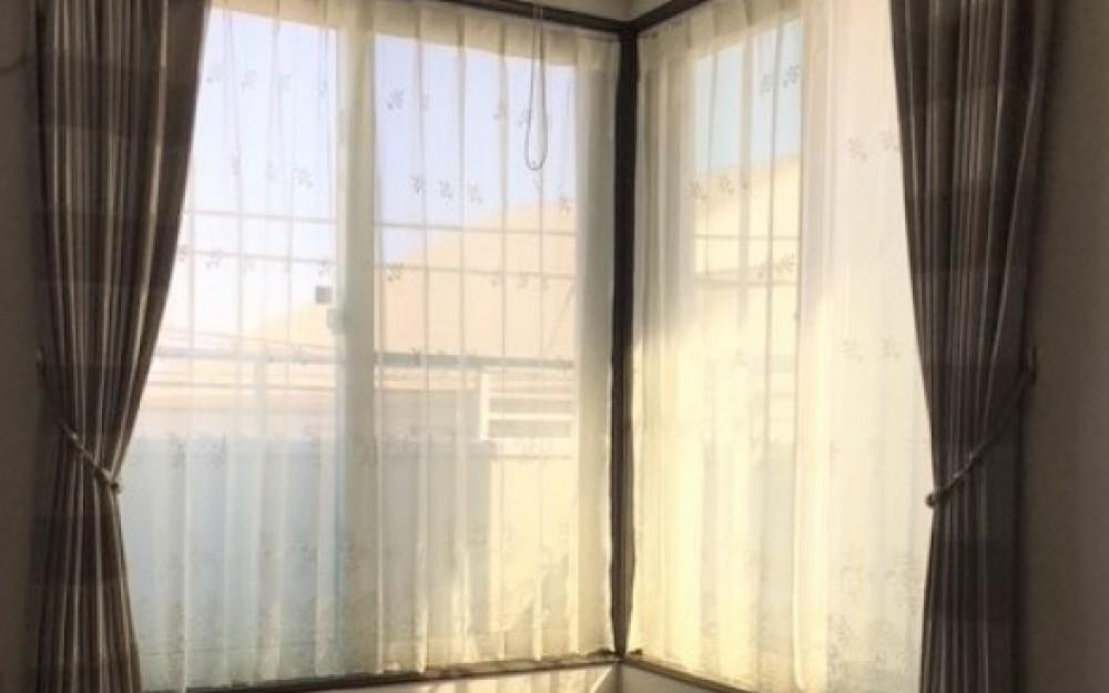 レースの質感を生かした上品なカーテンが作る落ち着いた空間