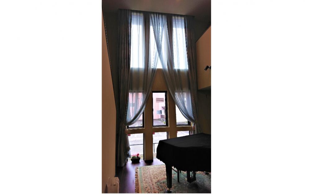 吹抜×カーテン 天井からのカーテンスタイルは圧巻です!