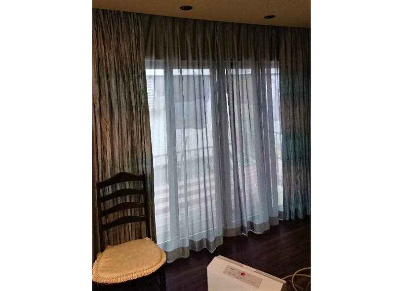 通常の掃出窓も天井埋込レールでスッキリとした広がりを